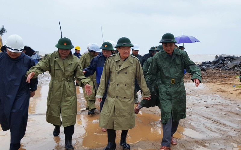 Phó Thủ tướng đến Nha Trang chỉ đạo ứng phó bão số 12 - ảnh 1