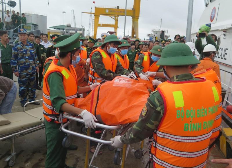 Đặc công nước tìm thuyền viên mất tích ở biển Quy Nhơn - ảnh 1
