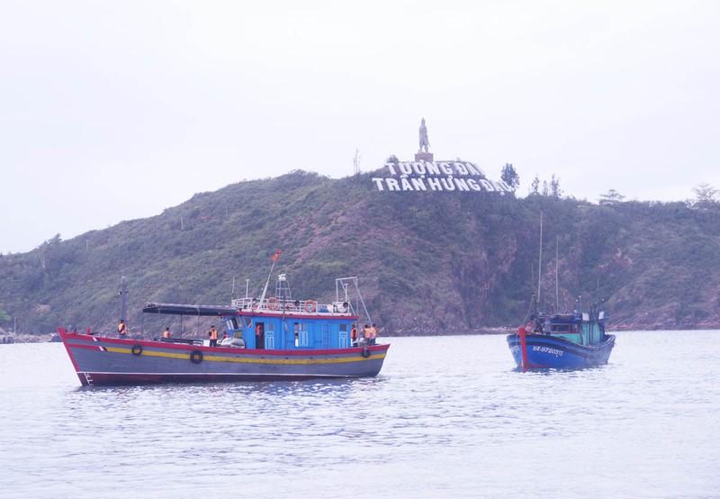 Vượt sóng lớn, biên phòng cứu 4 ngư dân bị nạn - ảnh 1