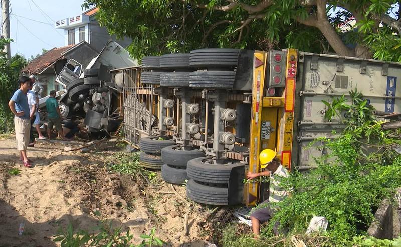 Xe container đâm sập căn nhà có 3 người đang ngủ  - ảnh 3