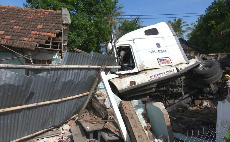 Xe container đâm sập căn nhà có 3 người đang ngủ  - ảnh 1