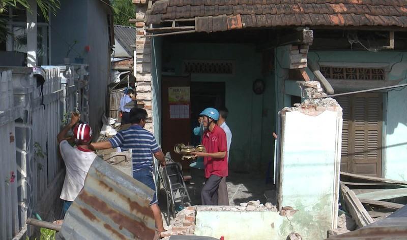 Xe container đâm sập căn nhà có 3 người đang ngủ  - ảnh 2
