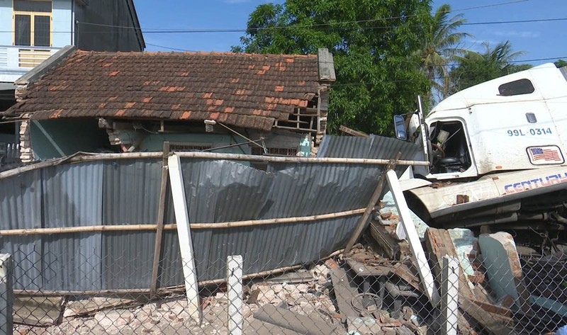 Xe container đâm sập căn nhà có 3 người đang ngủ  - ảnh 4