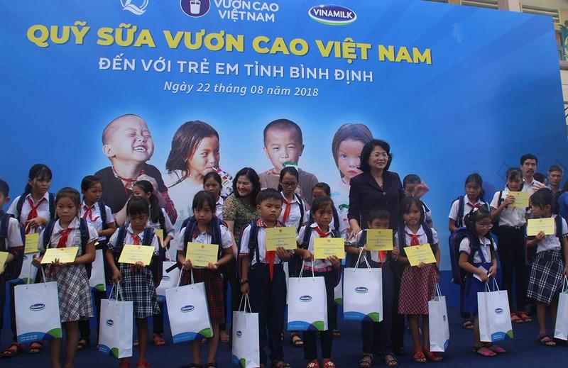 Phó Chủ tịch nước tham dự lễ trao 64.000 ly sữa cho trẻ em - ảnh 1