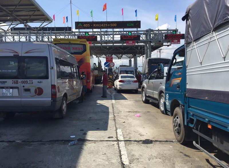 BOT Ninh Lộc lại xả trạm do tài xế đỗ xe giữa làn thu phí - ảnh 1