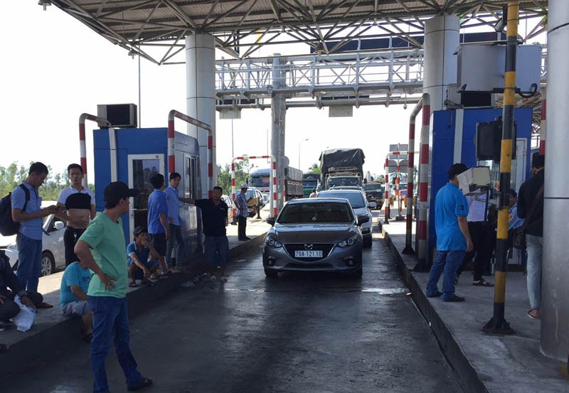 BOT Ninh Lộc lại xả trạm do tài xế đỗ xe giữa làn thu phí - ảnh 2