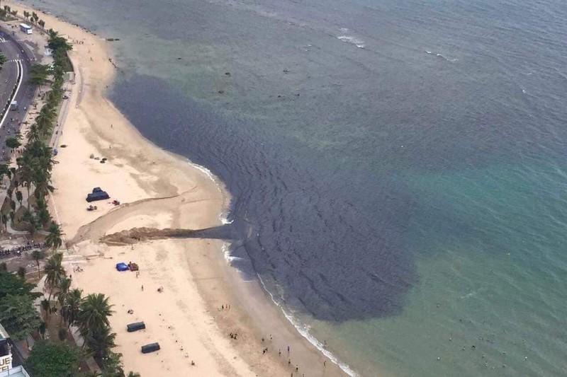 Nha Trang: Nước thải 'đen ngòm' chảy ra vịnh gây ô nhiễm - ảnh 1