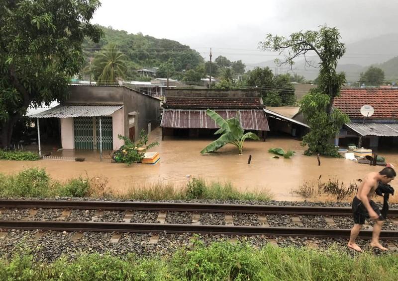 Đường sắt qua tỉnh Khánh Hòa bị tê liệt do mưa lớn - ảnh 1