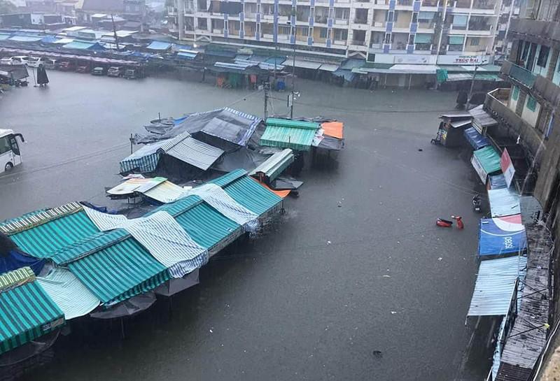 Đường sắt qua tỉnh Khánh Hòa bị tê liệt do mưa lớn - ảnh 2