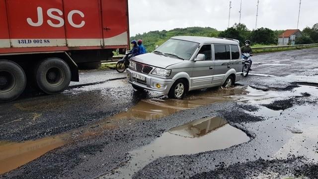 Quốc lộ 1 qua Phú Yên chằng chịt ổ gà, tai nạn liên tục - ảnh 1