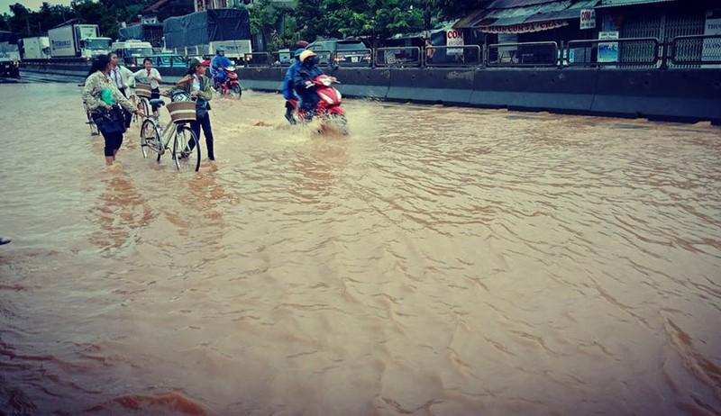 Nước tràn qua quốc lộ 1 ở Phú Yên chia cắt nhiều xã - ảnh 2