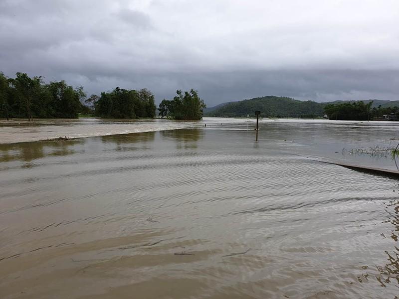 Nước tràn qua quốc lộ 1 ở Phú Yên chia cắt nhiều xã - ảnh 1