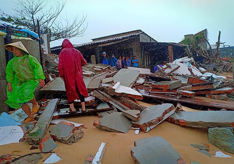 Triều cường, sóng lớn đánh sập nhiều căn nhà ở Phú Yên - ảnh 1