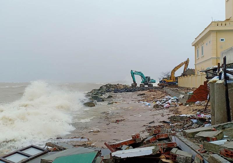 Triều cường, sóng lớn đánh sập nhiều căn nhà ở Phú Yên - ảnh 3
