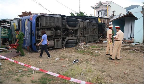 Xe khách lao vào nhà dân, 35 người cấp cứu - ảnh 1