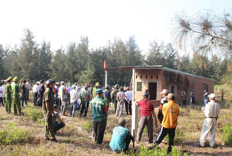 Cưỡng chế phá dỡ hàng chục nhà lấn chiếm Khu kinh tế Nhơn Hội - ảnh 2