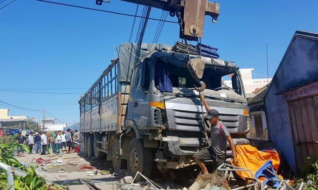 Xe tải tông sập quán nước mía, 5 người bị thương - ảnh 1