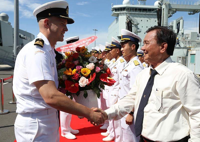 Tàu khu trục Canada thăm cảng Cam Ranh - ảnh 1