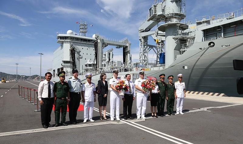 Tàu khu trục Canada thăm cảng Cam Ranh - ảnh 3