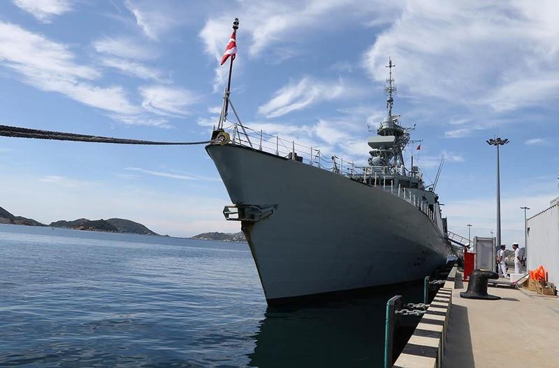 Tàu khu trục Canada thăm cảng Cam Ranh - ảnh 8