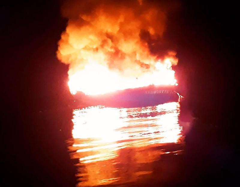 Tàu 6 tỉ bốc cháy ở Trường Sa, 11 ngư dân lênh đênh trên biển - ảnh 2