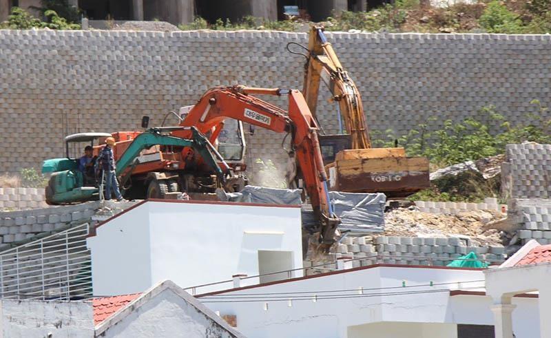 Bắt đầu phá dỡ tường chắn khổng lồ trái phép ở Nha Trang - ảnh 1