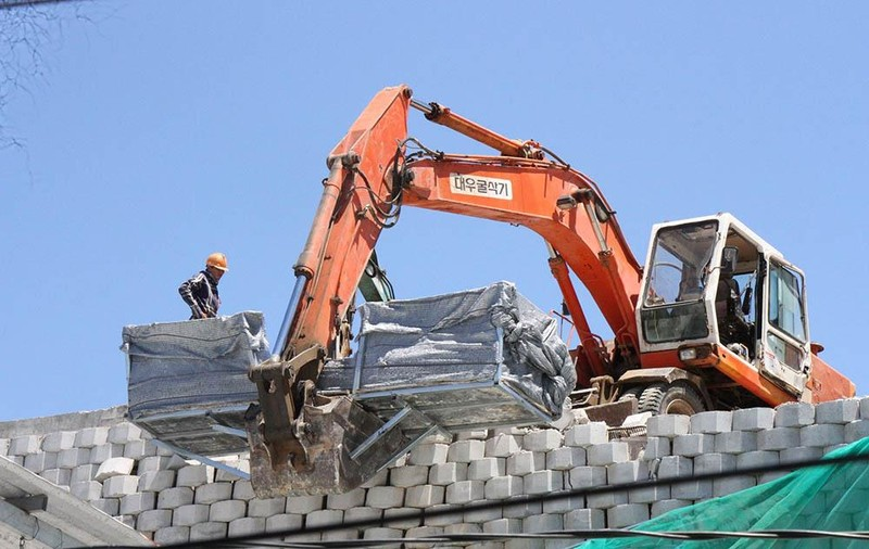 Bắt đầu phá dỡ tường chắn khổng lồ trái phép ở Nha Trang - ảnh 3