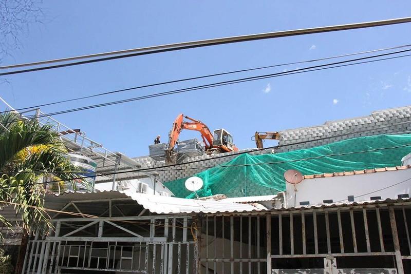Bắt đầu phá dỡ tường chắn khổng lồ trái phép ở Nha Trang - ảnh 2