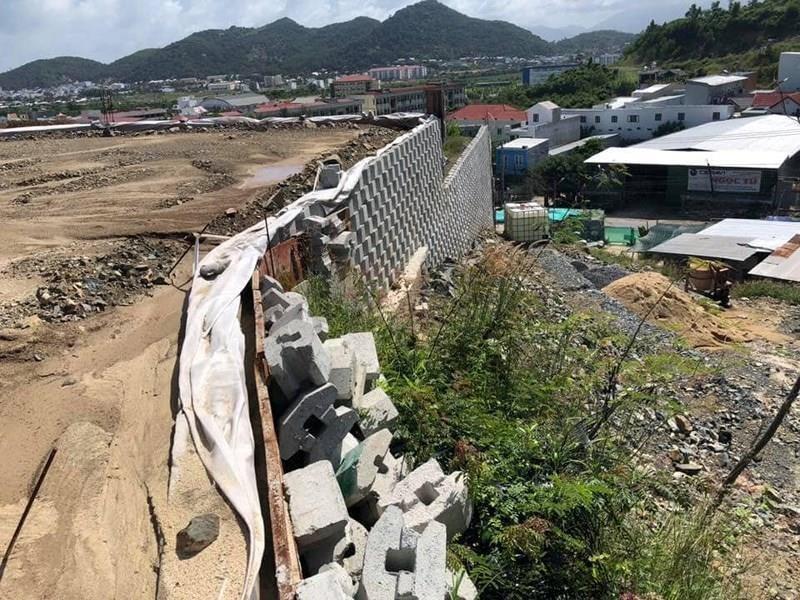 Bắt đầu phá dỡ tường chắn khổng lồ trái phép ở Nha Trang - ảnh 4