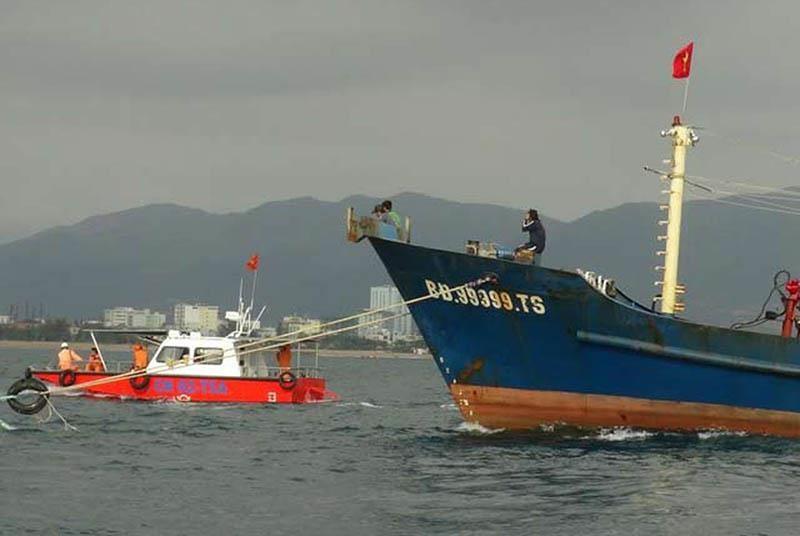 Tàu cá vỏ thép bị chìm, 6 ngư dân được tàu bạn cứu vớt - ảnh 1