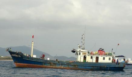 Tàu cá vỏ thép bị chìm, 6 ngư dân được tàu bạn cứu vớt - ảnh 2