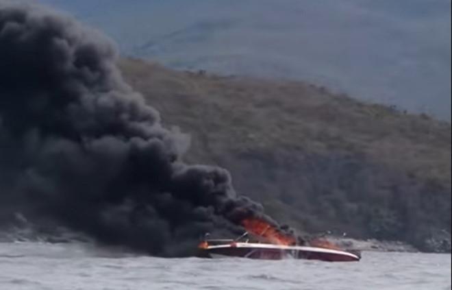 Cháy ca nô chở khách trên vịnh Nha Trang, 2 người bị bỏng nặng - ảnh 1