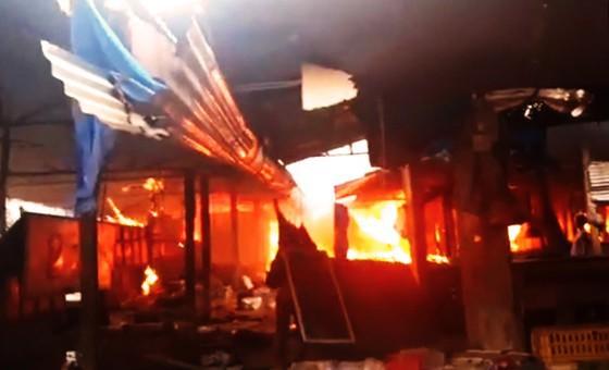 Thiếu nước chữa cháy, ngọn lửa bao trùm chợ Mộc Bài - ảnh 3