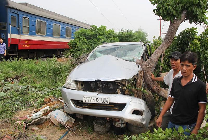 Tàu lửa húc văng xe bảy chỗ, tài xế bị thương - ảnh 2