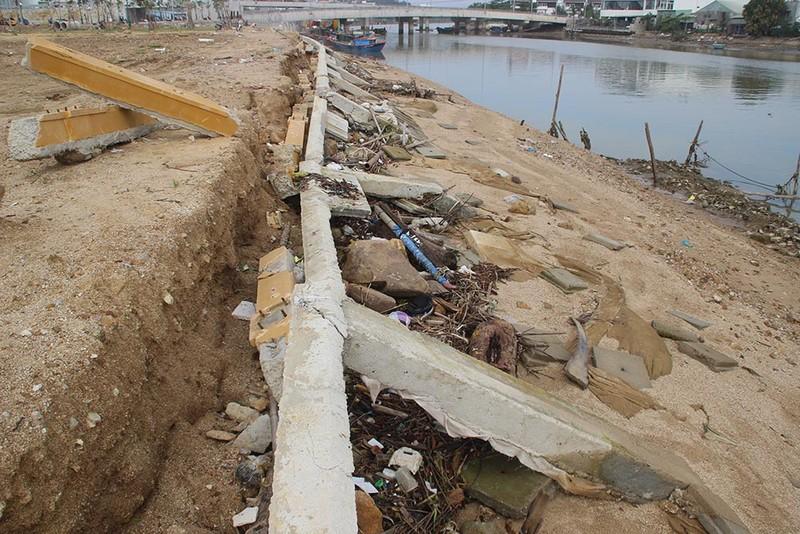 Kè sông 12 tỉ chưa bàn giao đã vỡ nát - ảnh 3