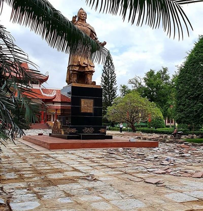 Thay đá mới sân Bảo tàng Quang Trung dù mặt sân đang đẹp - ảnh 1
