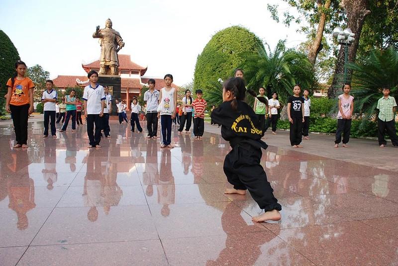 Thay đá mới sân Bảo tàng Quang Trung dù mặt sân đang đẹp - ảnh 2