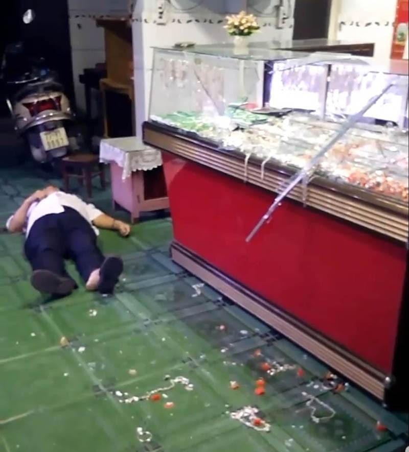 Kẻ cướp tiệm vàng ở Bình Định vừa điều trị bệnh tâm thần - ảnh 2