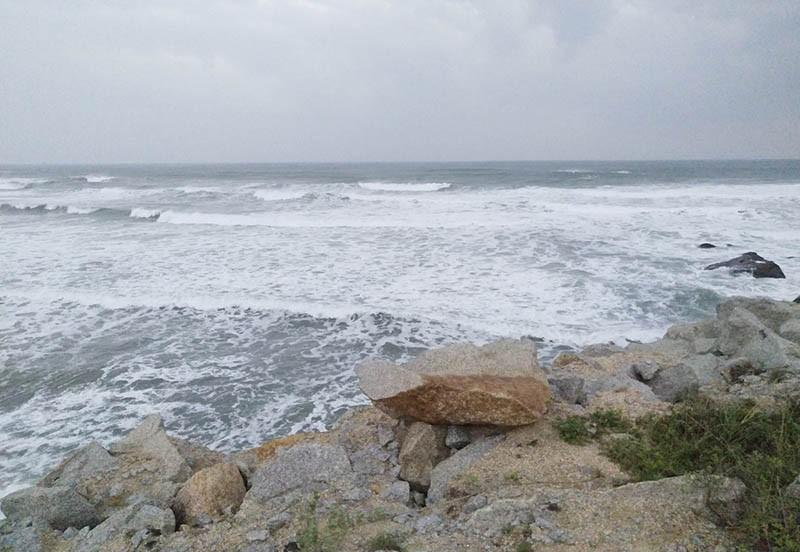 Sóng lớn đánh chìm tàu cá, 2 ngư dân mất tích  - ảnh 1