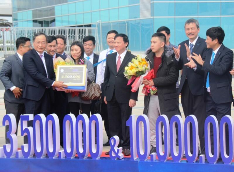 2 vị khách đặc biệt được Khánh Hòa tặng 10 triệu, quà - ảnh 1