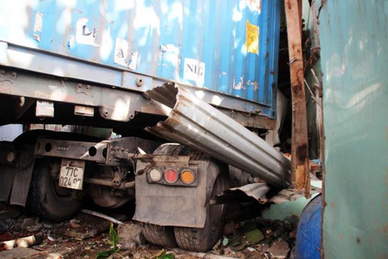 Xe đầu kéo tông sập 2 nhà dân, tài xế chết kẹt trong cabin - ảnh 2