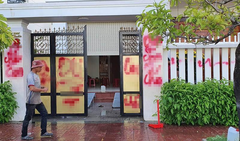 Nhà riêng giám thị trại giam bị tạt sơn, chất bẩn - ảnh 1