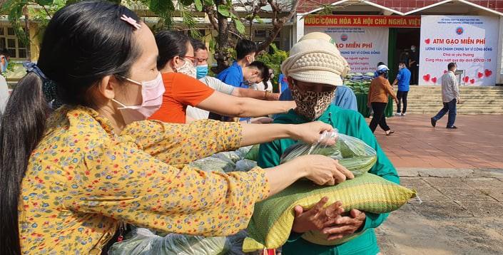 Thầy trò trường chuyên giúp người nghèo trong đại dịch - ảnh 9