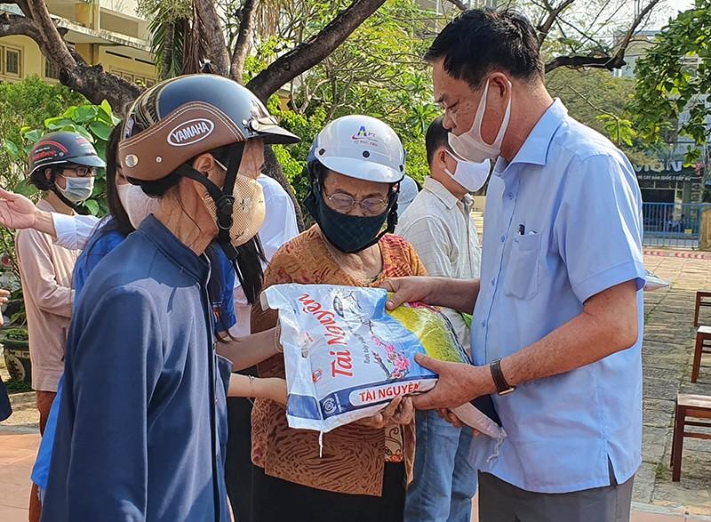 Thầy trò trường chuyên giúp người nghèo trong đại dịch - ảnh 2