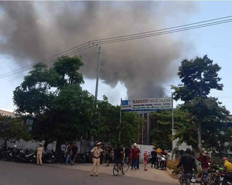 Cháy dữ dội nhà máy nệm mút trong khu công nghiệp - ảnh 1