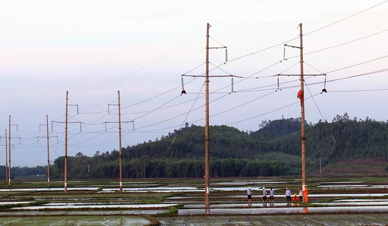 Gần 20 trụ điện 110 kv bị gãy do lốc xoáy  - ảnh 3