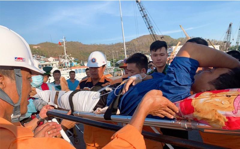 Cứu 1 ngư dân nguy kịch trên vùng biển Khánh Hòa - ảnh 3