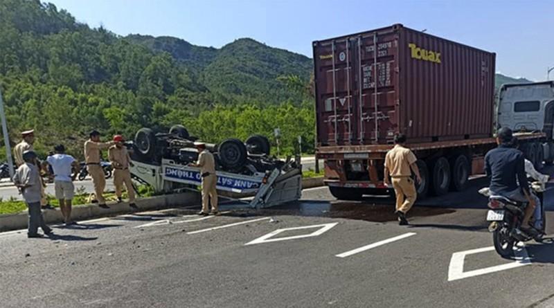 Xe container tông ô tô tuần tra làm 2 CSGT bị thương - ảnh 1