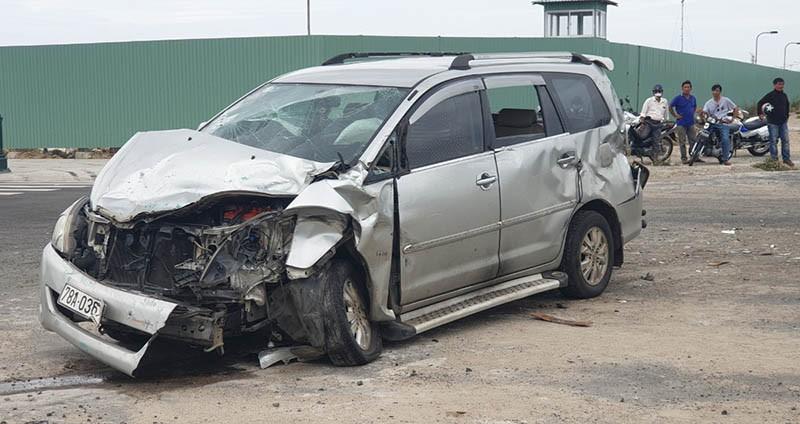 Ô tô con biến dạng sau va chạm, 2 phụ nữ nhập viện cấp cứu - ảnh 2