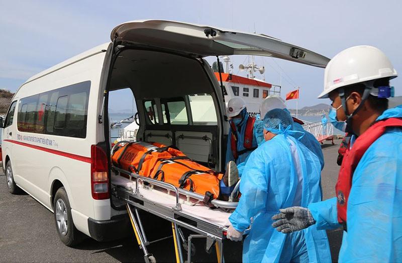 Cứu thuyền viên nước ngoài bị nguy kịch trên biển - ảnh 1